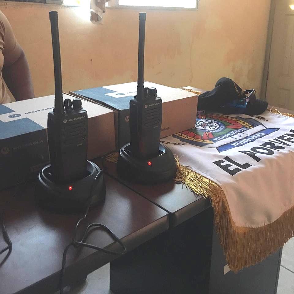 Connect Global pudo facilitar la entrega de un conjunto de nuevas radios a los Bomberos de El Porvenir en junio de 2019, para comunicación de emergencia.