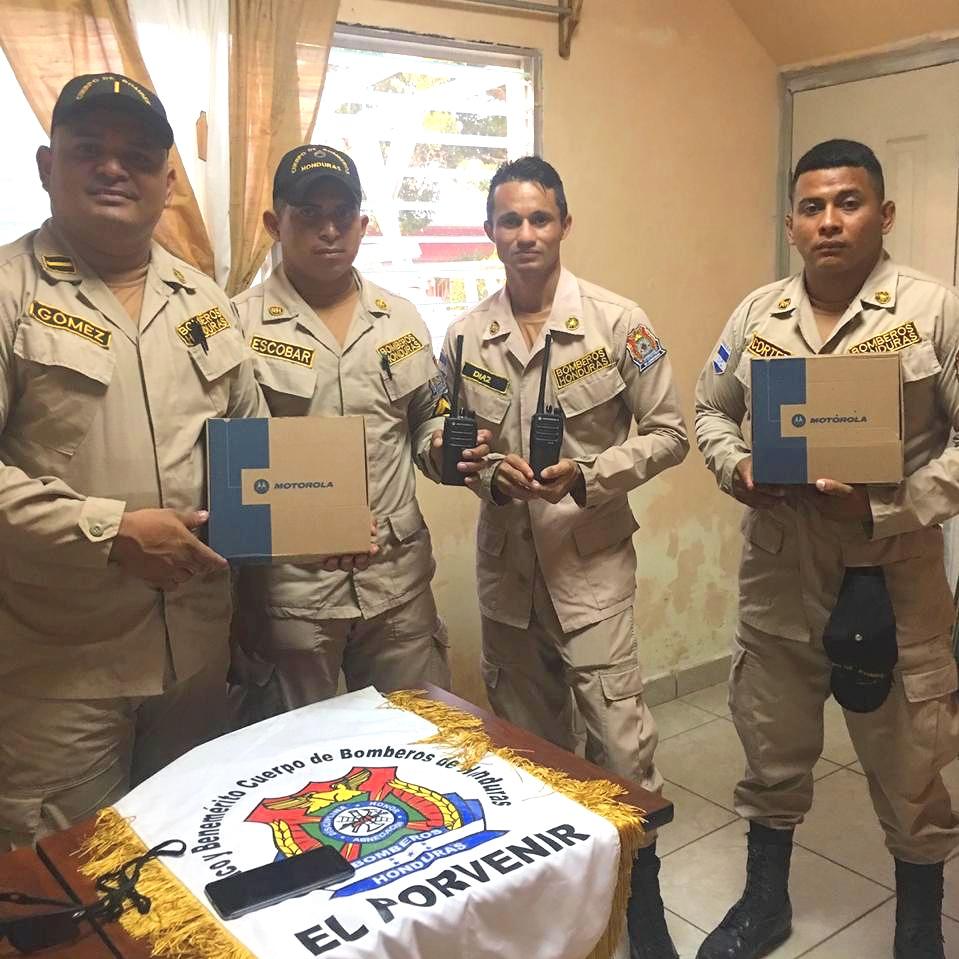 Los bomberos en El Porvenir dieron la bienvenida al Director Nacional de Connect Global, Jorge Amador, esta semana mientras entregaba un nuevo par de radios de comunicaciones. Estamos agradecidos de poder servir a los valientes hombres y mujeres que diligentemente protegen a su comunidad.
