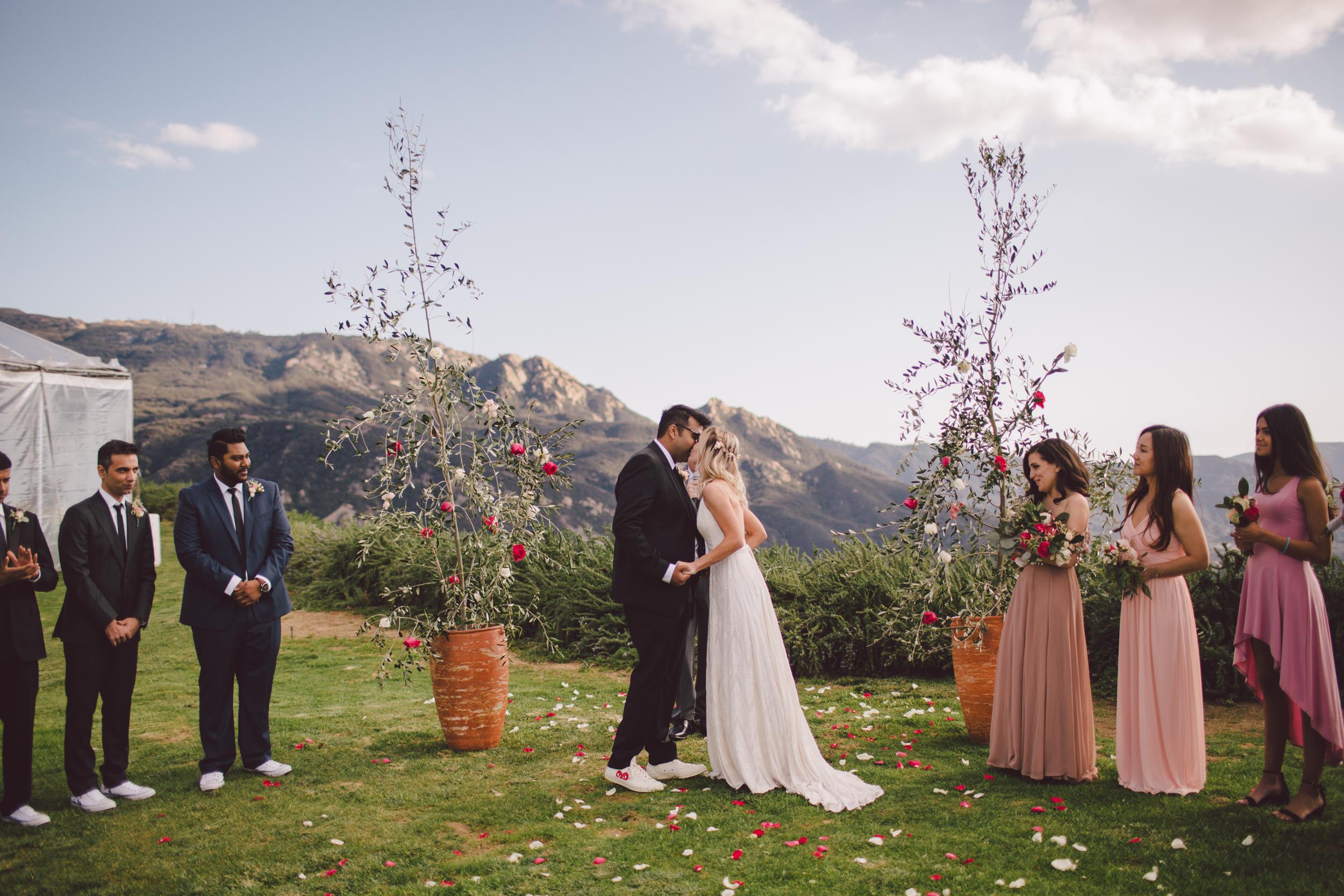 malibu-first kiss- ceremony-rue de seine-bride