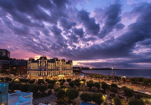 Increíble el atardecer de ayer desde la terraza del casino de Santander. . . . . . . . . #sunset #atardecer #cantabria #santander #grancasino #cantabriainfinita #urbanlandscape #sardinero