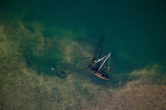 Hoy por casualidad me he encontrado esto mientras hacía un plano aéreo en San Vicente de la Barquera. . . . . . . .  #drone #dji #mavickpro #cantabria #cantabriainfinita #fotografiaaerea #landscape #paisaje #sanvicentedelabarquera #barco #sea #mar #barcohundidooficial #boat #aerealshot