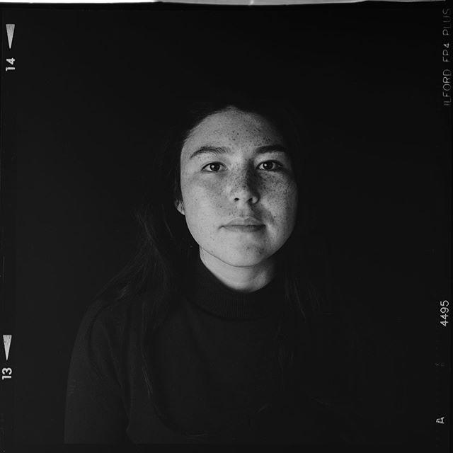Y como no hay dos sin tres , otra foto con la TLT de formato medio . En este caso un retrato a Tess. Tess es una mujer de Alaska que paso unas semanas en nuestra casa, su visita fue realmente enriquecedora, aprendimos mil cosas sobre la vida en uno de los rincones más extremos del planeta y como no , paso por el estudio. . . . . . . . . . . #rollei #ilfordfp4plus #6x6film #filmphotography #filmblackandwhite #tlr #rolleicord #blackandwhitefilmphotography