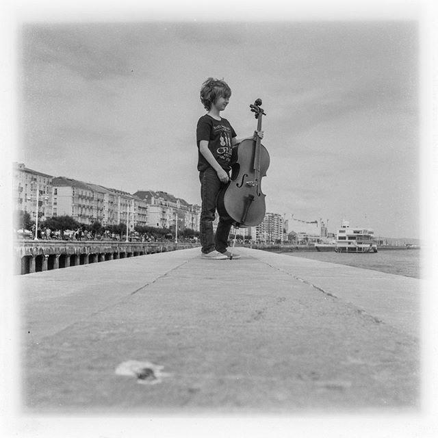 Y si la primera foto es sobre el pasado , esta es sobre el futuro . Timo, con su nuevo cello en Santander . . . . . . . . #rollei #ilfordfp4plus #6x6film #filmphotography #filmblackandwhite #tlr #rolleicord #blackandwhitefilmphotography #cello