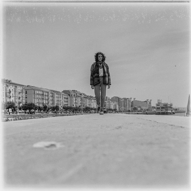 """Si... el cielo tiene una mancha de secado del negativo.... pero me encantan las """"cicatrices"""" de mis negativos . . . . . . . . . . #6x6 #6x6film #medioformato #tlr #rolleicord #ilfordfp4plus #filmphotography #blackandwithe #santander"""