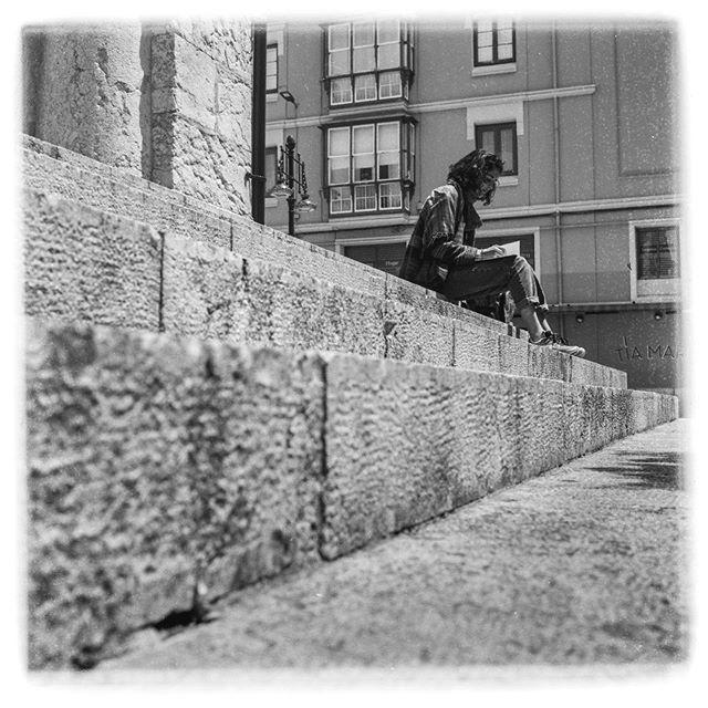 Tal vez sea el retrato , o al menos la fotografía de personas donde más me gusta el formato medio en negativo . . . . . . . . . #6x6 #6x6film #medioformato #tlr #rolleicord #ilfordfp4plus #filmphotography #blackandwithe #santander