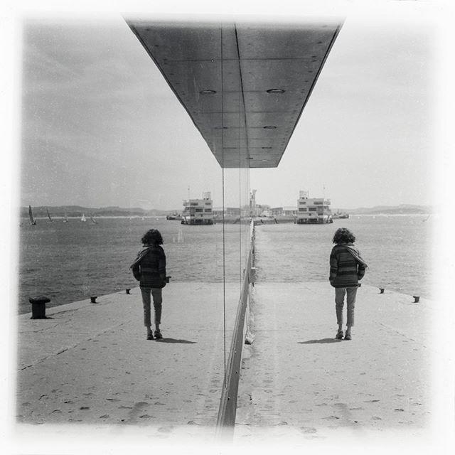 Tengo una fascinación por los reflejos , creo que en cada carrete siempre tengo alguna foto con un reflejo . . . . . . . . . . . . . #tlr #6x6 #6x6film #formatomedio #filmphotography #rolleicord #ilfordfp4plus #cantabria #santander