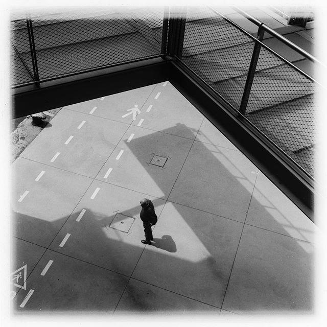 Fotografía callejera ... ahí es donde una TLR te da todo su potencial, el visor superior proporciona una discreción que no te dan otras cámaras . . . . . . . . . . . . #tlr #6x6 #6x6film #formatomedio #filmphotography #rolleicord #ilfordfp4plus #centrobotin #cantabria #santander #blackamdwhite