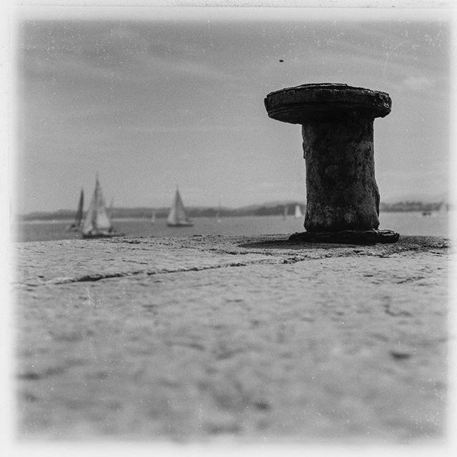 Santander , una ciudad marinera, el olor a mar siempre está presente en sus calles . . . . . . . . . . . . . . #tlr #6x6 #6x6film #formatomedio #filmphotography #rolleicord #ilfordfp4plus #santander #cantabria