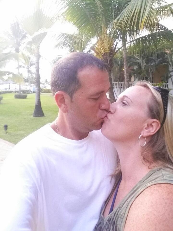 Mark-Gina-kissing20150814_180943_resized.jpg