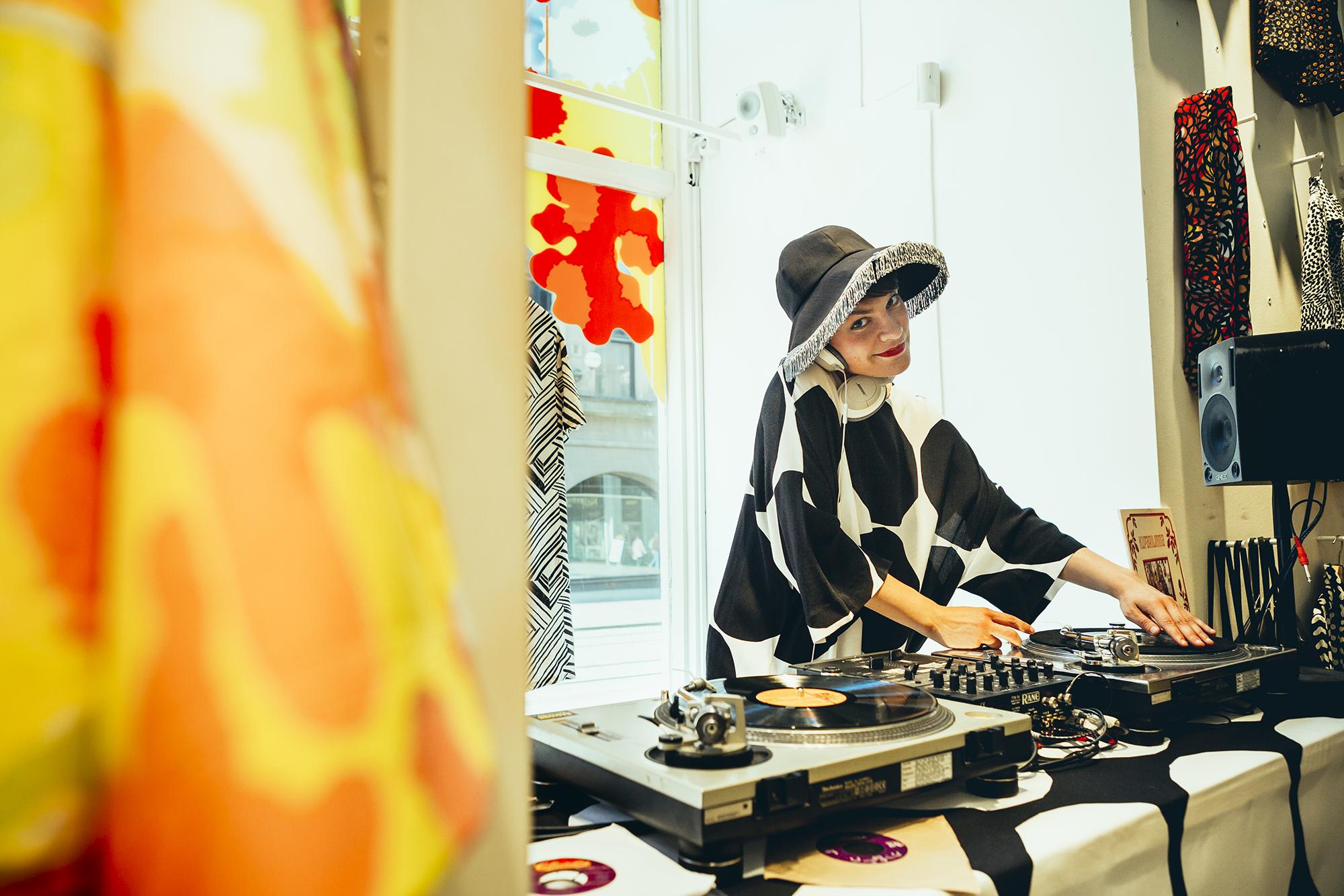 Toimi Tytti Playing at Marimekko store