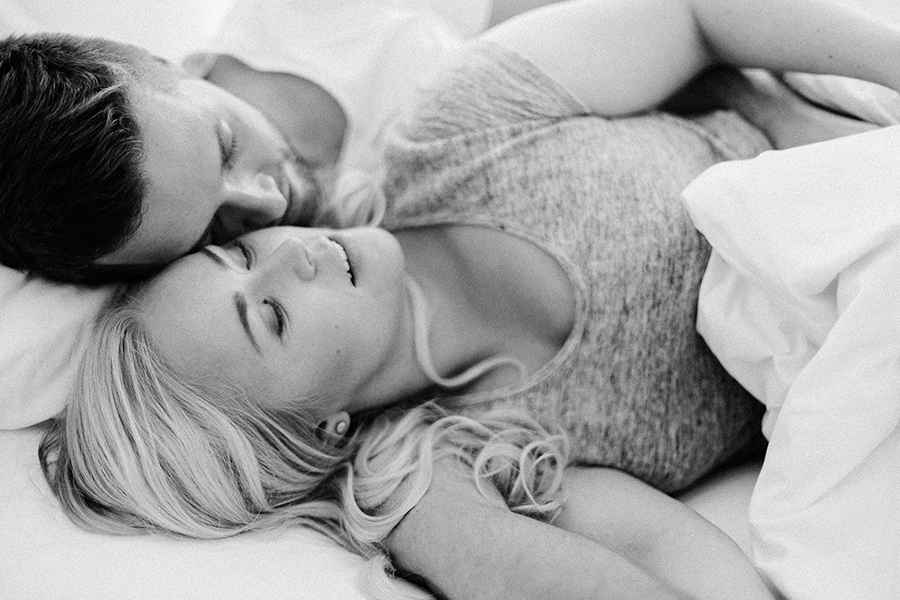 Morning at home couple session parikuvaus kihlakuvaus (3).jpg