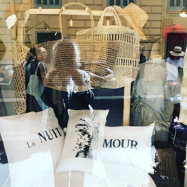 Belle vitrine avec nos coussins pour l'été chez @cabane_nice  #love#amour#nuit#night#cushion#coussin#lin#linen#white#blanc#summer#ete#home#maison#interiordesign#vintage
