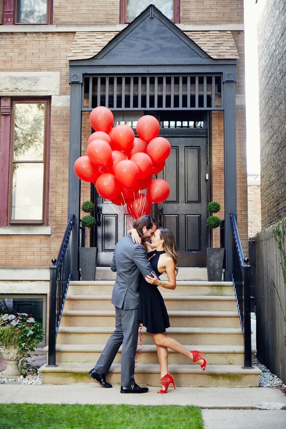 Couple-in-love-balloons-doorway.jpg