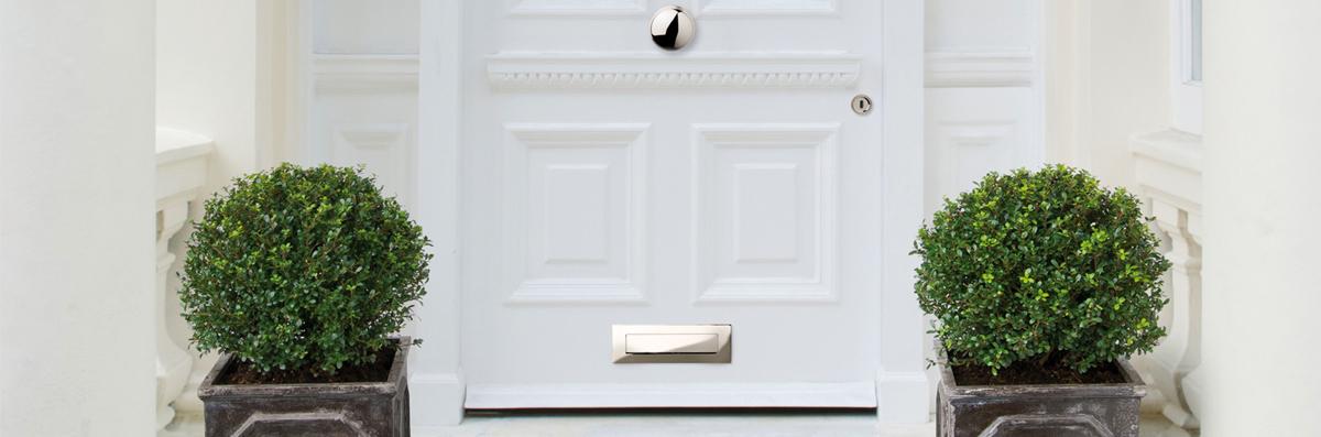 Front_door_with_centre_door_knob.jpg