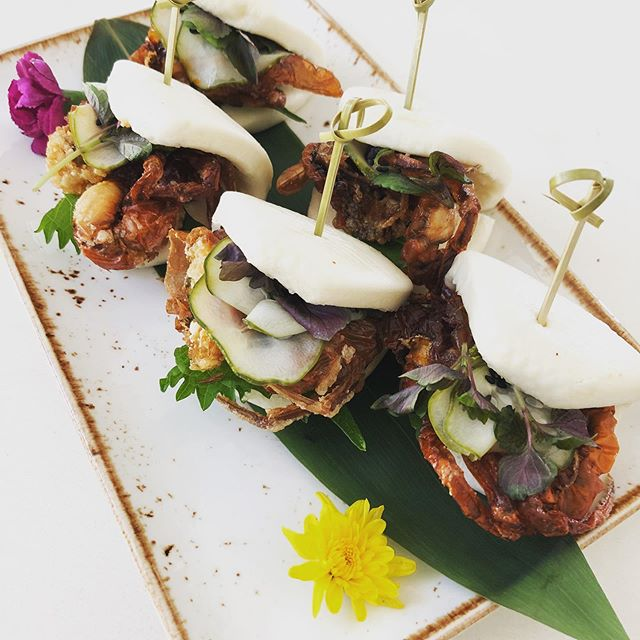 Singapore soft shell chili crab baos . . . #eeeeeats #food #foodie #catering #events #weddings #yummy #losangeles #baos #singapore #chilicrab #seafood #softshellcrab