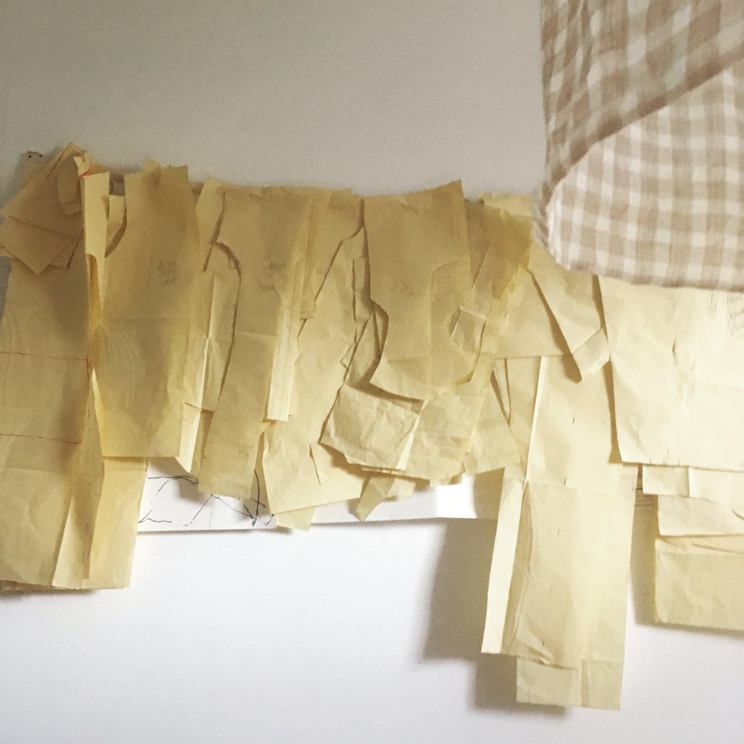 Patroontekenen - Hoe pas ik dit patroon aan zodat dit mij past? Hoe tekenen ik een patroon voor een rok, jurk en zelfs een trouwjurk? Het patroon is naar het kleding maken het fundament om degelijke duurzame kleding te maken. Patroontekenen is 15 lessen van 3u. Telkens drie lessen per kledingstuk: rok, broek, blouse /hemd, jurk, mantel. Hiervoor betaal je betaal je 350 euro voor een avond of een dagdeel.