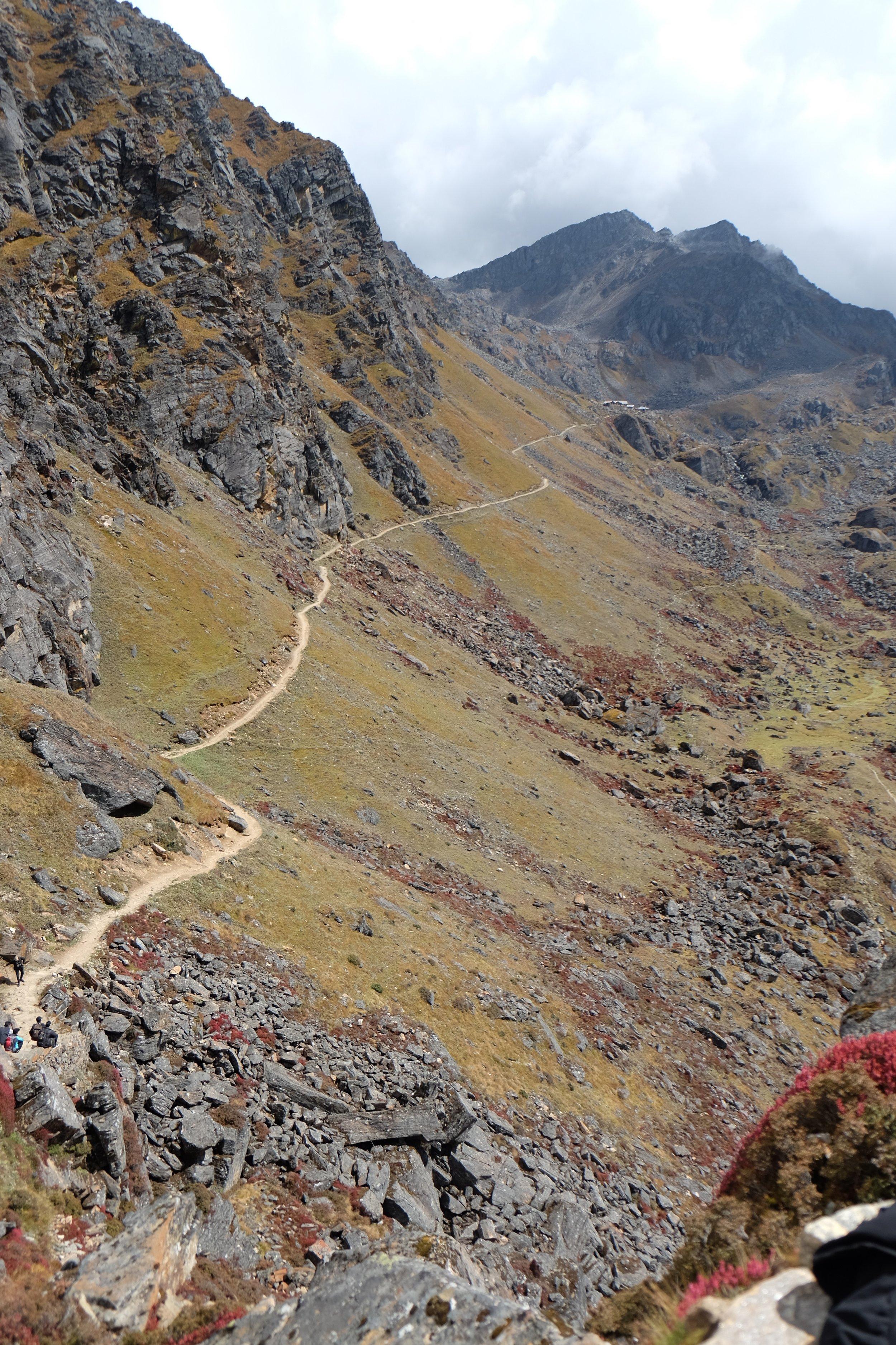 The road down to Laurabiniyak from Gosaikunda