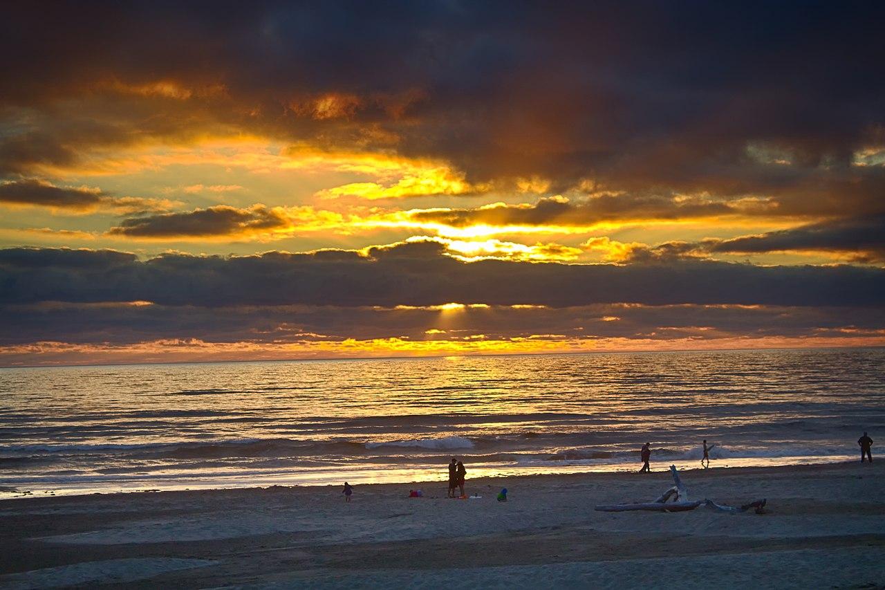 Sunset, Newport, Oregon (Wikimedia Commons)