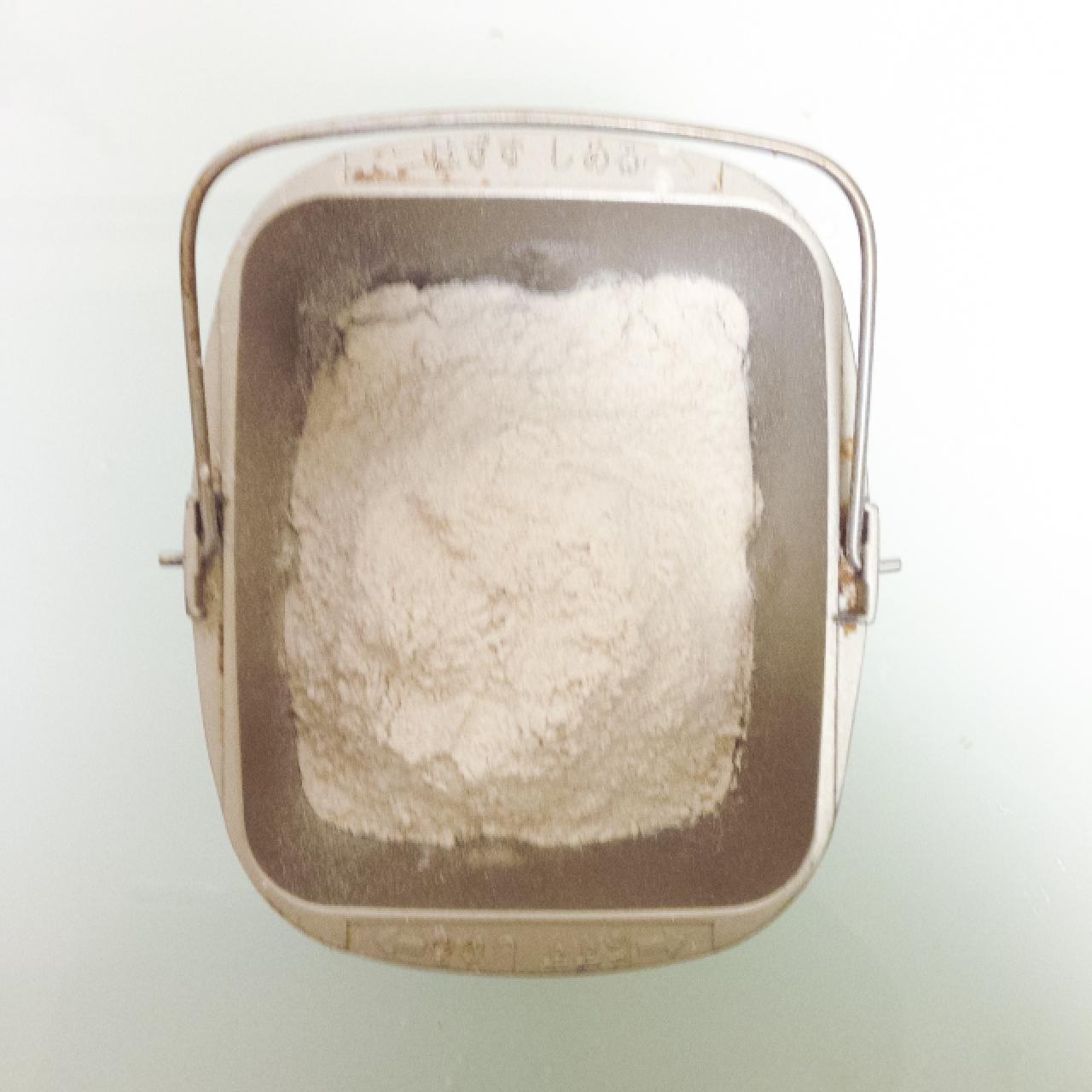 粉を入れます,220gくらい。オーガニック小麦全粒粉にオーガニックライ麦全粒粉を50%ずつミックスしてます。(S.F.ですっかり健康オタクになりました)