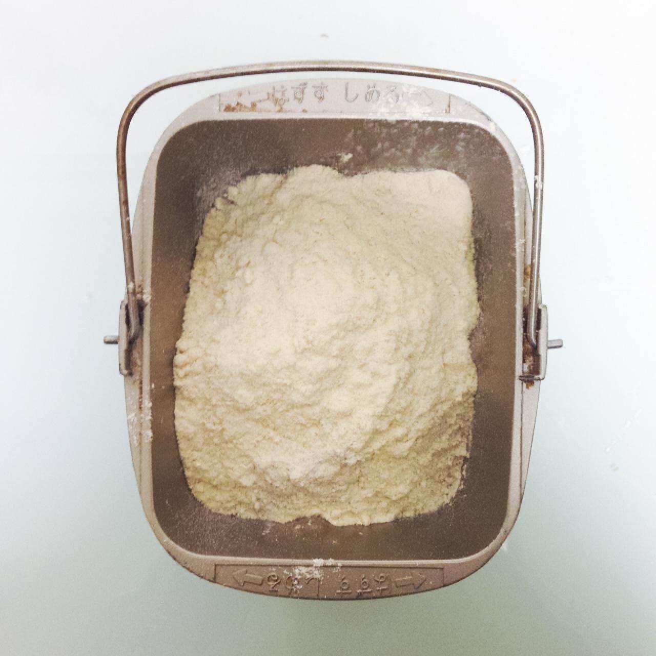 小麦グルテンを20グラムくらい入れます(全粒粉は本当に膨らみにくいので)ついでにおからパウダーも同じくらい。そして忘れちゃいけないお塩も入れて(フランスのゲランドの塩,めちゃウマ)5gくらい?