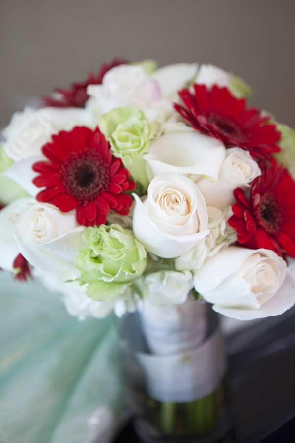 Naakiti Floral created the bridal bouquet. Red, jade green, and white offered a fresh and vibrant color combination. Photo by www.altf.com.