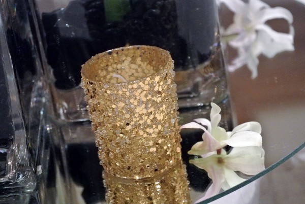 It's all about the details! Sequenced votives from Naaktiti Floral kept the gold tone front and center.