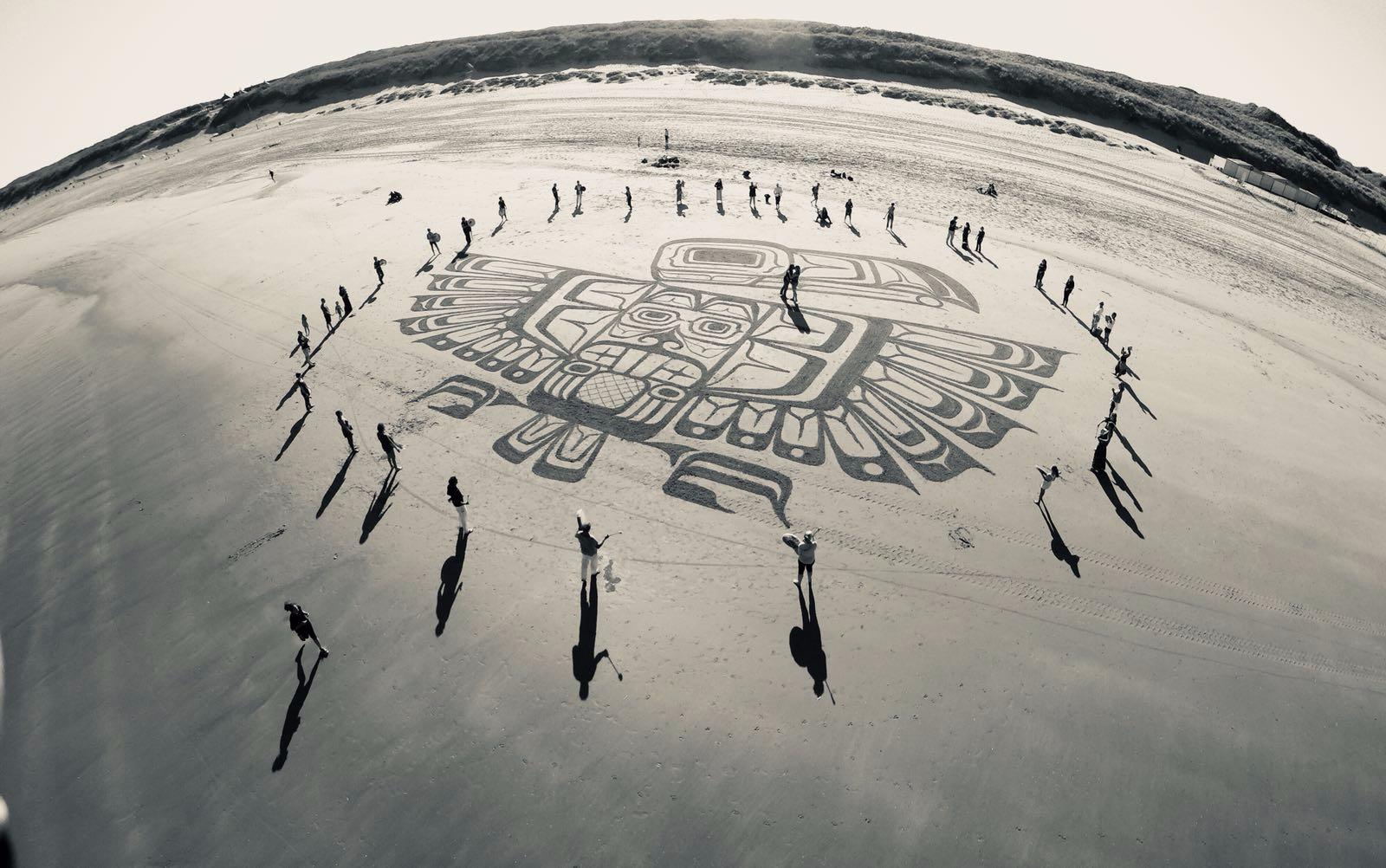Dankbaar - Ons boek 'voor alles dankbaar' is een ode aan de dankbaarheid. Het is geïllustreerd door Tim Hoekstra de tekenaar van het 'zandgebed' hier links op de foto. De tekst in het boekje is gebaseerd op een oeroude dankzegging die relevant is voor iedereen. Een inspirerend geschenk voor jezelf of een ander. Nu hier te koop!