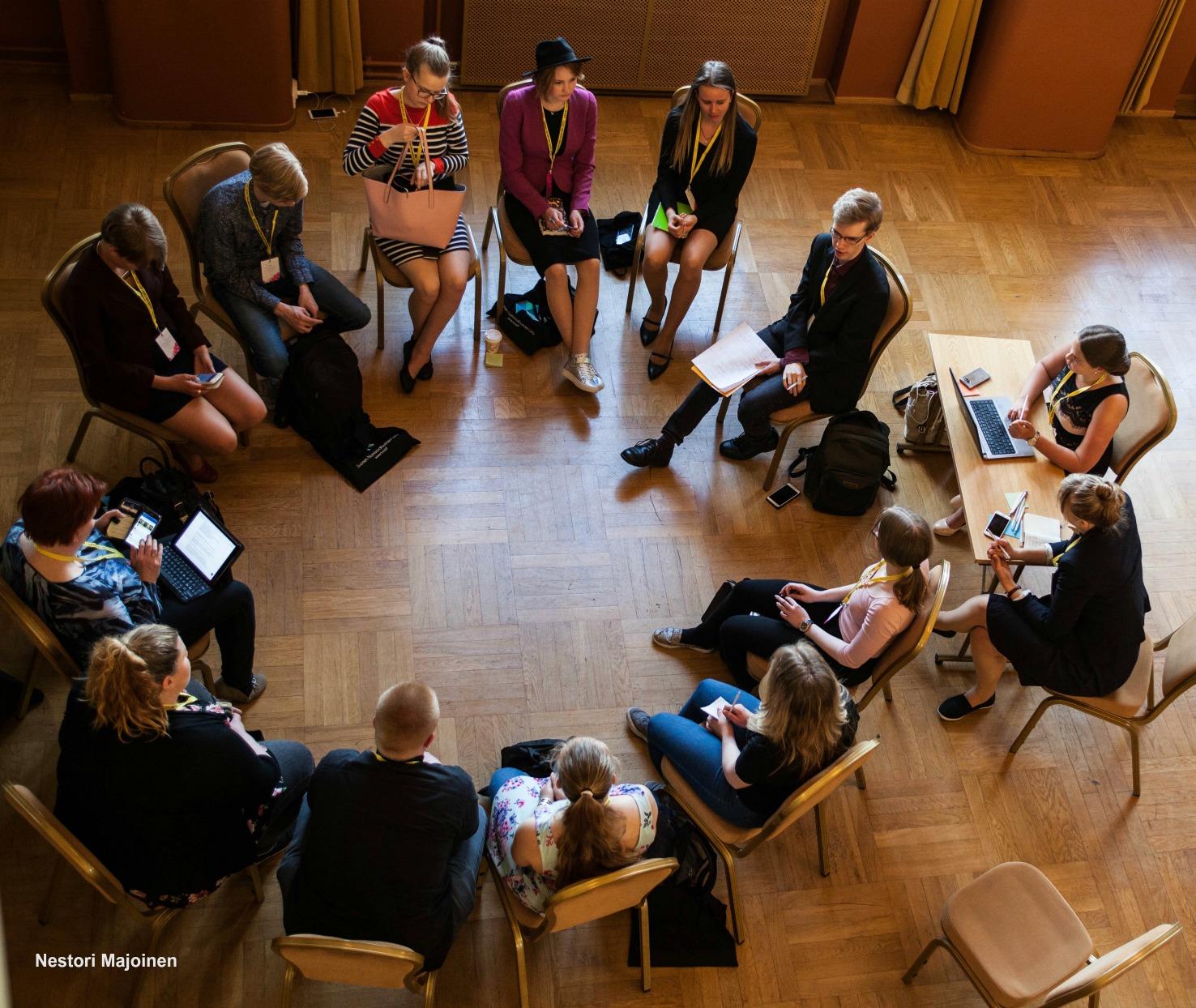 Maakunnalliset nuorisovaltuustot herättivät keskustelua myös Huipputapaamisessa.