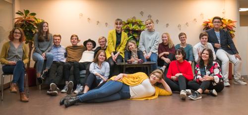 Neljän maakunnallisen nuorisovaltuuston edustajia Allianssi-talolla sekä vas. reunassa MaNu-hankkeen projektipäällikkö Senja Miettinen.