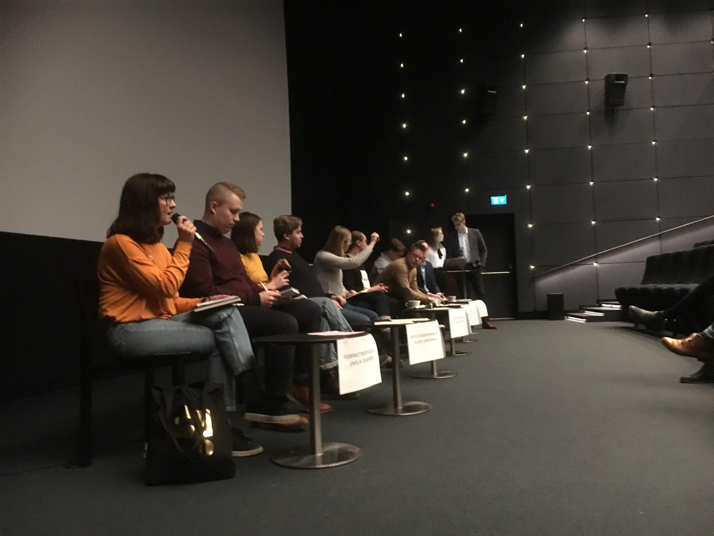 Uudenmaan maakunnallisen nuorisovaltuuston täysin itse organisoima vaalipaneeli keräsi 31.3. komean rivin poliittisia mielipiteitä kahdessa kattauksessa: ensin esiintyivät Helsingin vaalipiirin nuoret ehdokkaat (kuvassa), sitten oli Uudenmaan vaalipiirin vuoro.