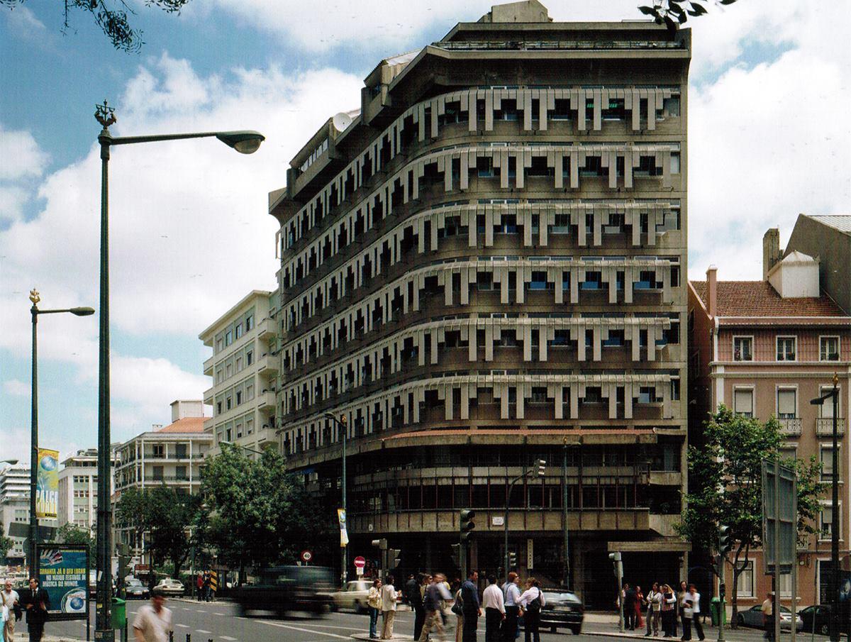 """Edifício de escritórios e comércio """"Franjinhas"""", Rua Braamcamp, Lisboa, 1965-69   Nuno Teotónio Pereira, João Braula Reis"""