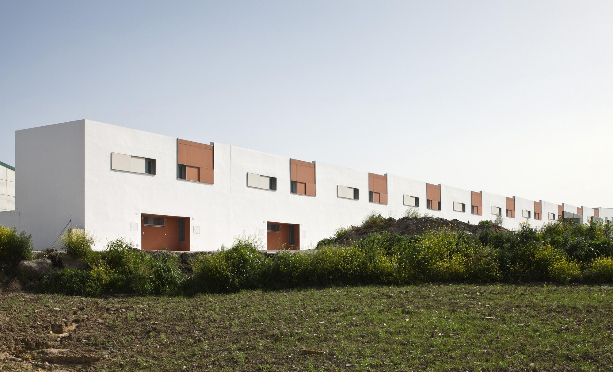 52dde1ace8e44ebd08000054_20-social-dwellings-in-el-saucejo-su-rez-corchete_01.jpg