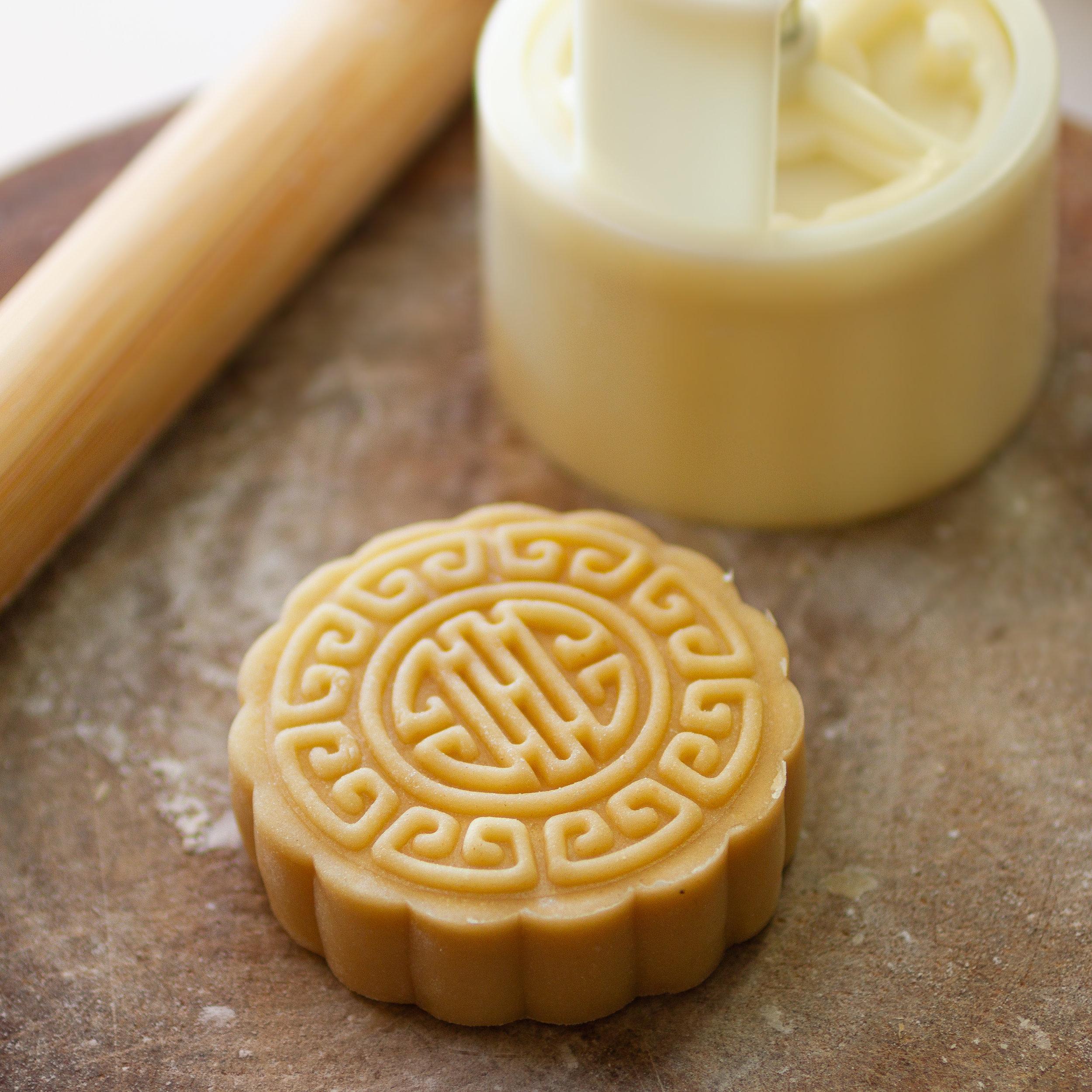 Mooncake with Sweet Lotus Paste (Banh Tet Trung Nhan Hat Sen)