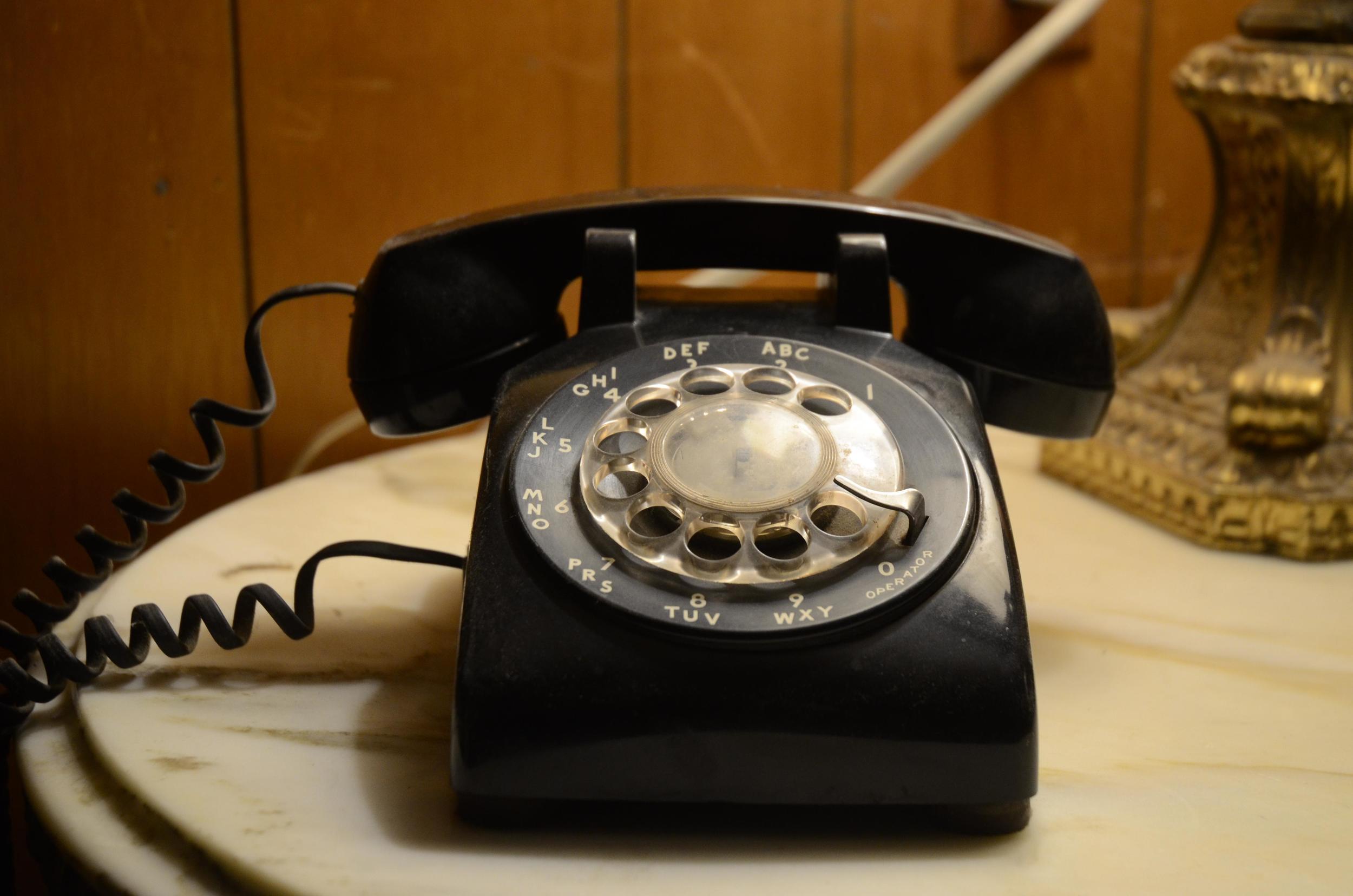 Vieux-telephone-ado-medias-sociaux