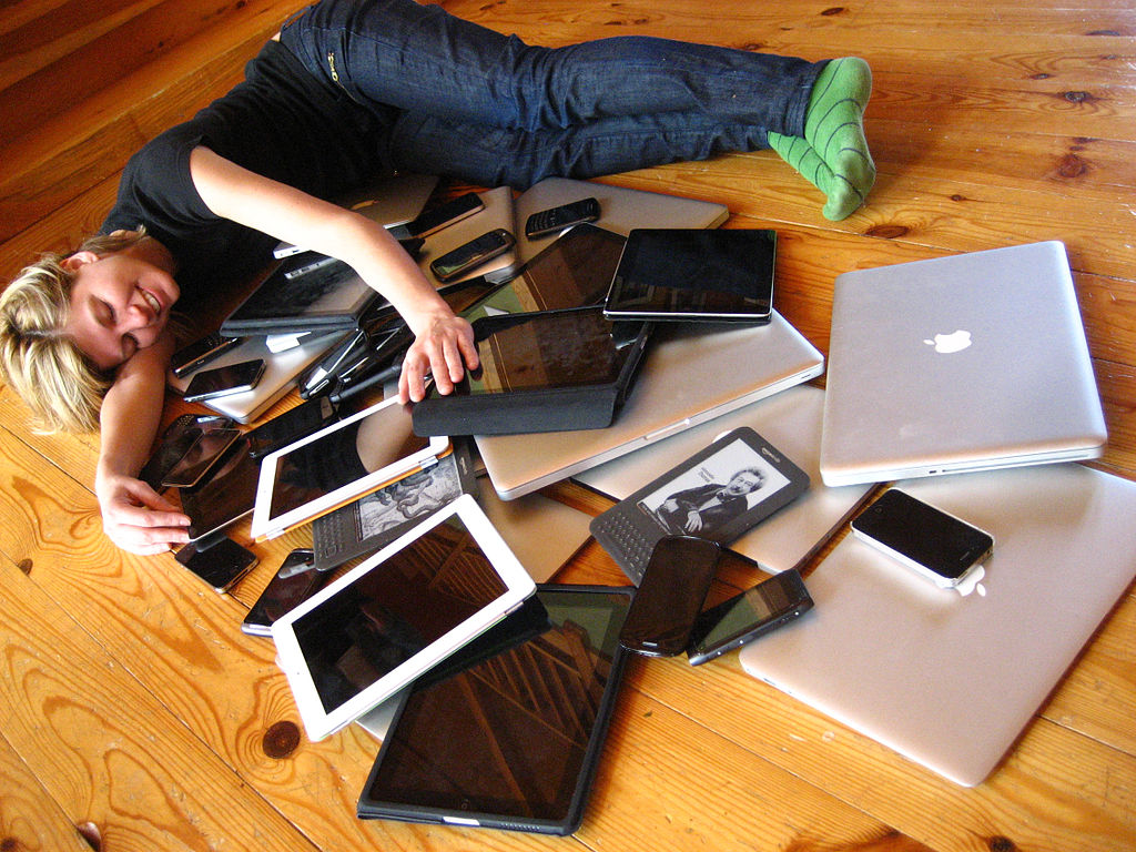by Jeremy Keith (Flickr: Cuddling with multiple devices) [ CC-BY-2.0 ],  via Wikimedia Commons