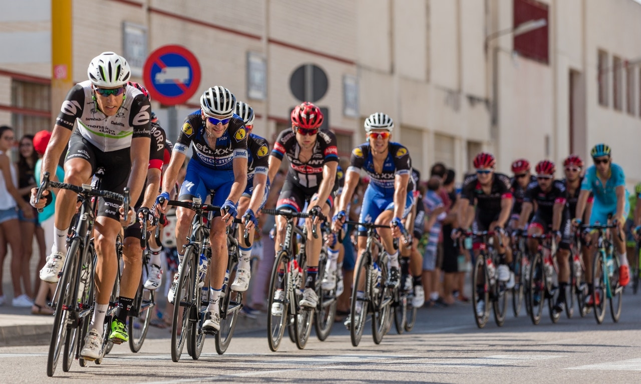 women cyclist racing