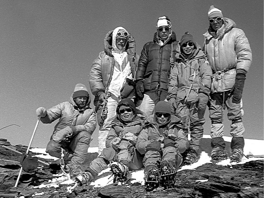 Alfred Lõhmus, Jaan Künnap, Kalev Muru, Junko Tabei, Ilmar Priimets, and two Japanise alpinists in front, Nobuko Yanagisawa and Mayuri Yasuhara on Communism Peak (Ismail Samani Peak) in 1985. Photo credit: Jaan Künnap [ CC BY-SA 4.0 ],  via Wikimedia Commons  (cropped)