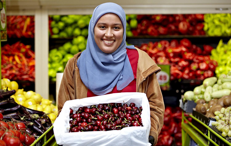 Fenchurch Studios Melbourne Photographer Kylie-Grinham-Muslim-Woman-Fruit-Dandenong-Market.jpg