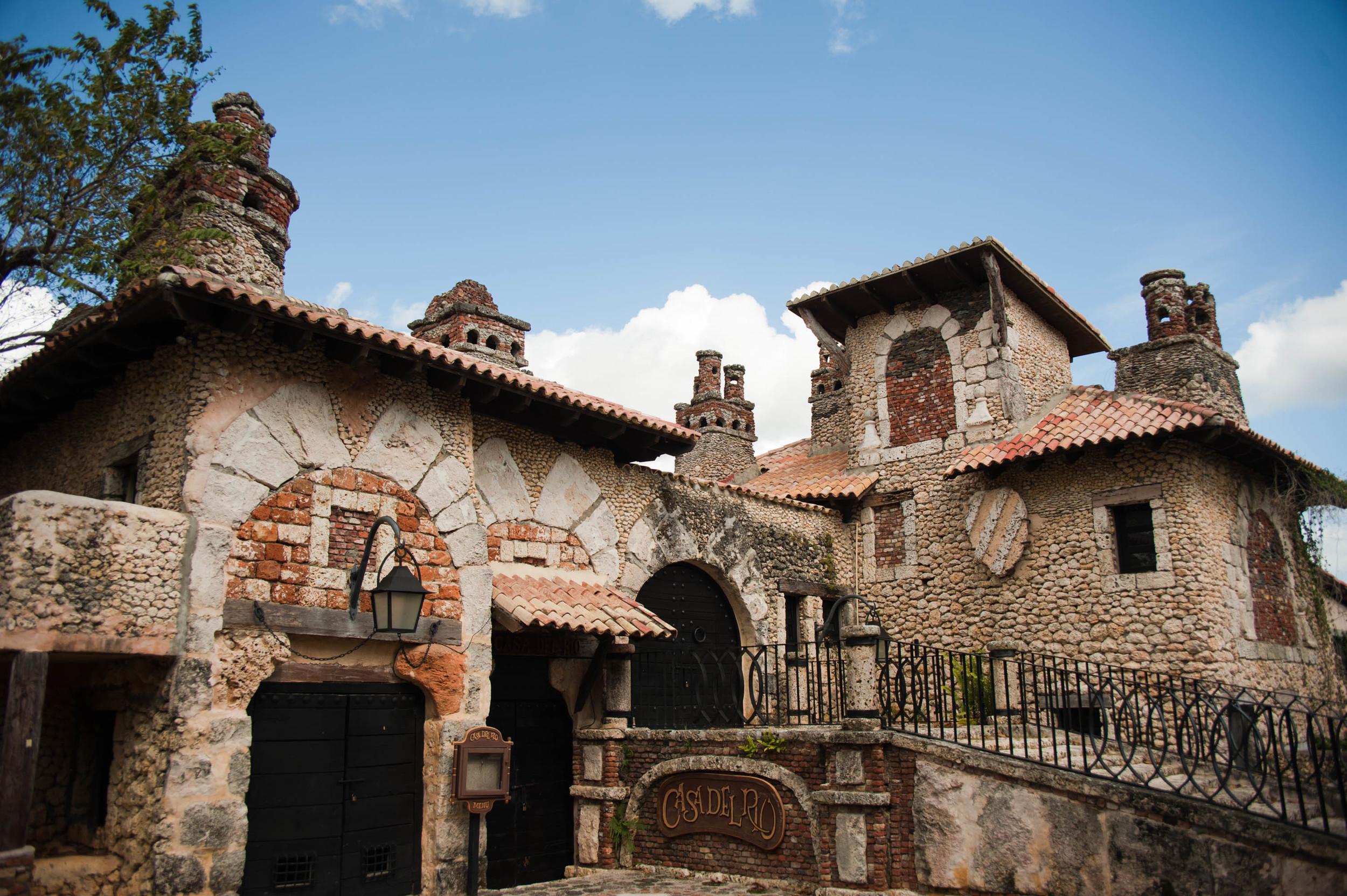 Medieval_style_buildings_in_Altos_de_Chavón._Casa_de_Campo,_La_Romana,_Dominican_Republic_(1).jpg