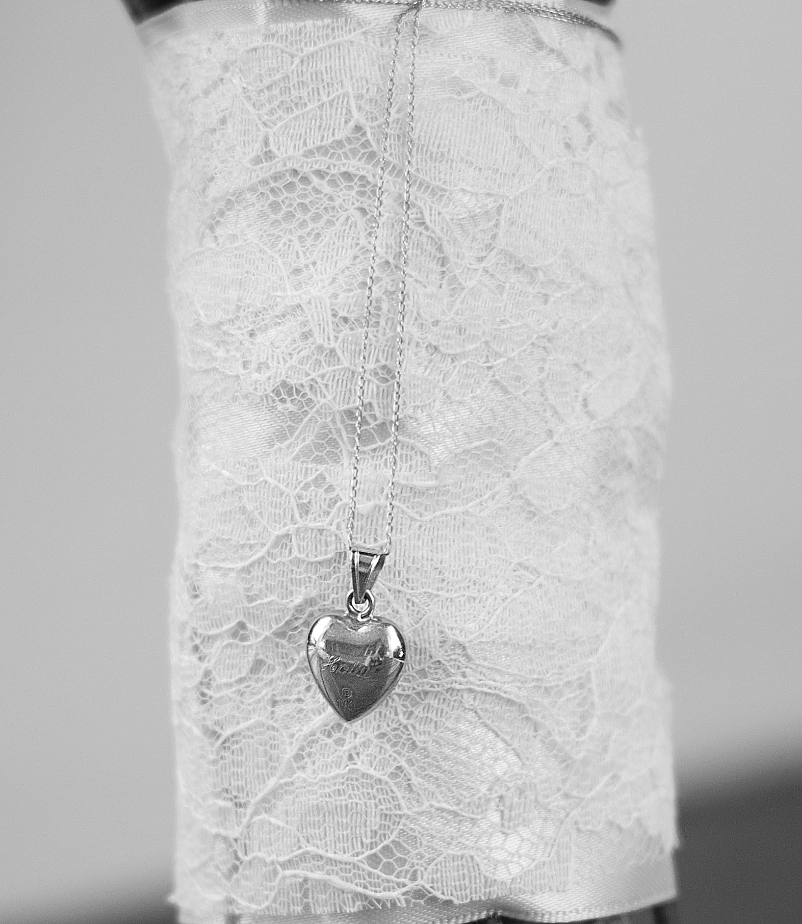 I loved this beautiful detail of a locket that was given to Holly at her mother's wedding.