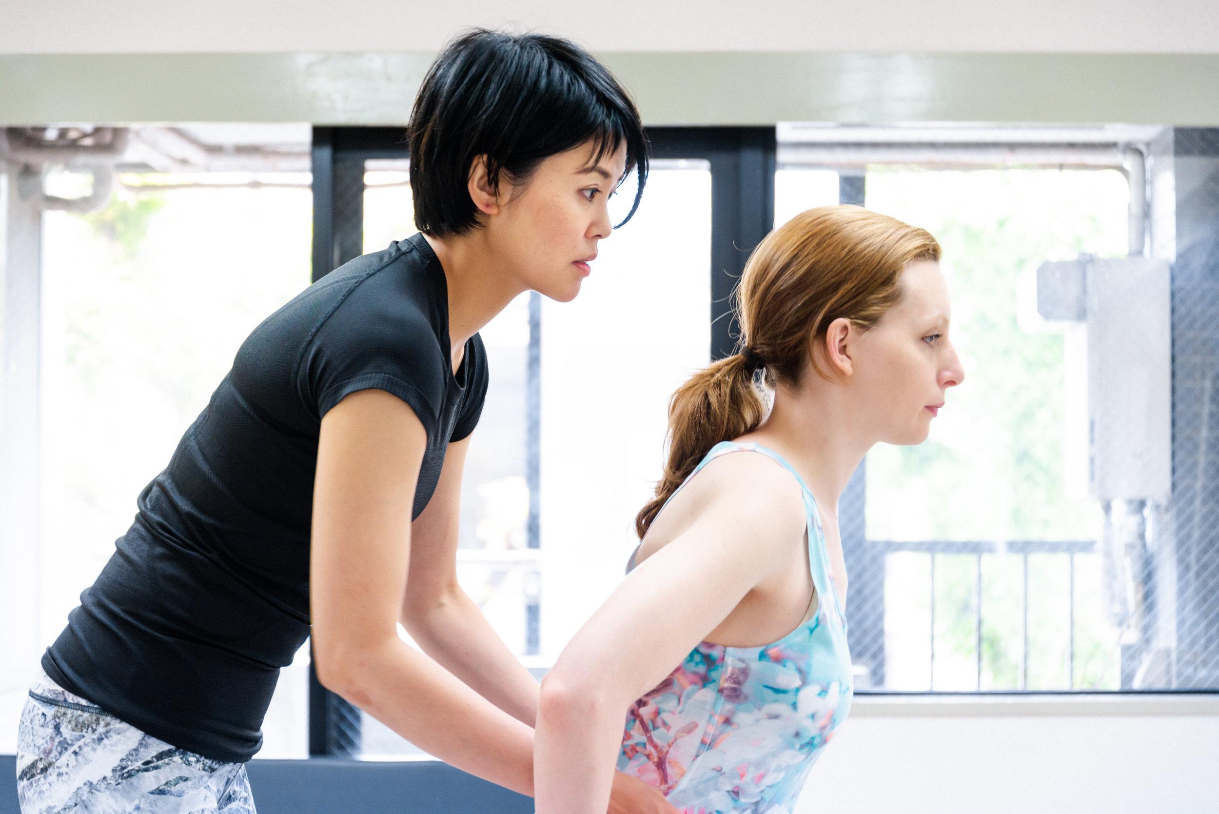 理学療法士はPhysical Therapist(PT)とも呼ばれます。ケガや病気などで身体に障害のある人や障害の発生が予測される人に対して、基本動作能力(座る、立つ、歩くなど)の回復や維持、および障害の悪化の予防を目的に、運動療法や物理療法などを用いて、自立した日常生活が送れるよう支援する医学的リハビリテーションの専門職です。理学療法士は国家資格であり、免許を持った人でなければ名乗ることができません。理学療法士は主に病院、クリニック、介護保険関連施設等で働いています。中には専門性を生かし、プロスポーツのチームに属している理学療法士もいます。当スタジオトレーナーもプロスポーツ選手のリハビリやトレーニングに携わっております。  ※理学療法士には開業権は与えられていません。だから、専門的知識・技術を持った理学療法士の施術を受けたい場合、主に「病院」に行かなければなりません。肩こりや軽度の腰痛では正直、病院には行きにくいですよね。でも、理学療法士の施術を是非受けていただきたいという思いがあります。  理学療法士の資格を持ったトレーナーは病院からは離れ、医師の指示を受けずに施術を行いますので、法律上「理学療法」は行えません。したがって保険も適用されません。しかし、今まで理学療法士として得た知識と技術でみなさんのお身体に真摯に向きあわせていただきます。