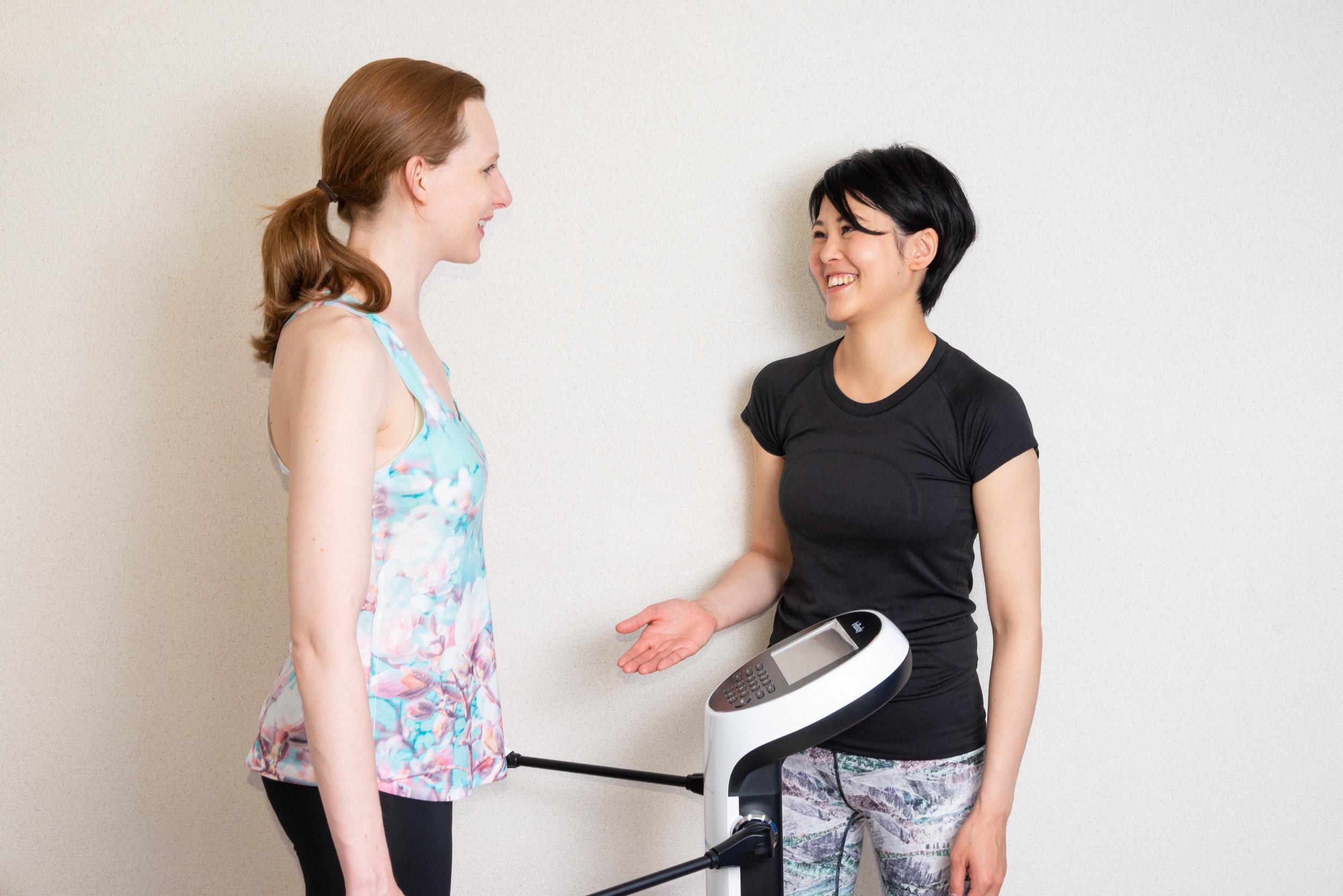 測定・目標設定 - 体重や体脂肪量、筋肉量の測定に始まり、骨盤や肩甲骨の周りのかたさ、足首の柔軟性から各筋肉のつき方、パーツのバランス、体重移動のクセ、呼吸、その他必要と思う事全てお調べ致します。なぜ猫背なのか?なぜ腰が痛むのか?など原因や改善方法なども明確にしていきます