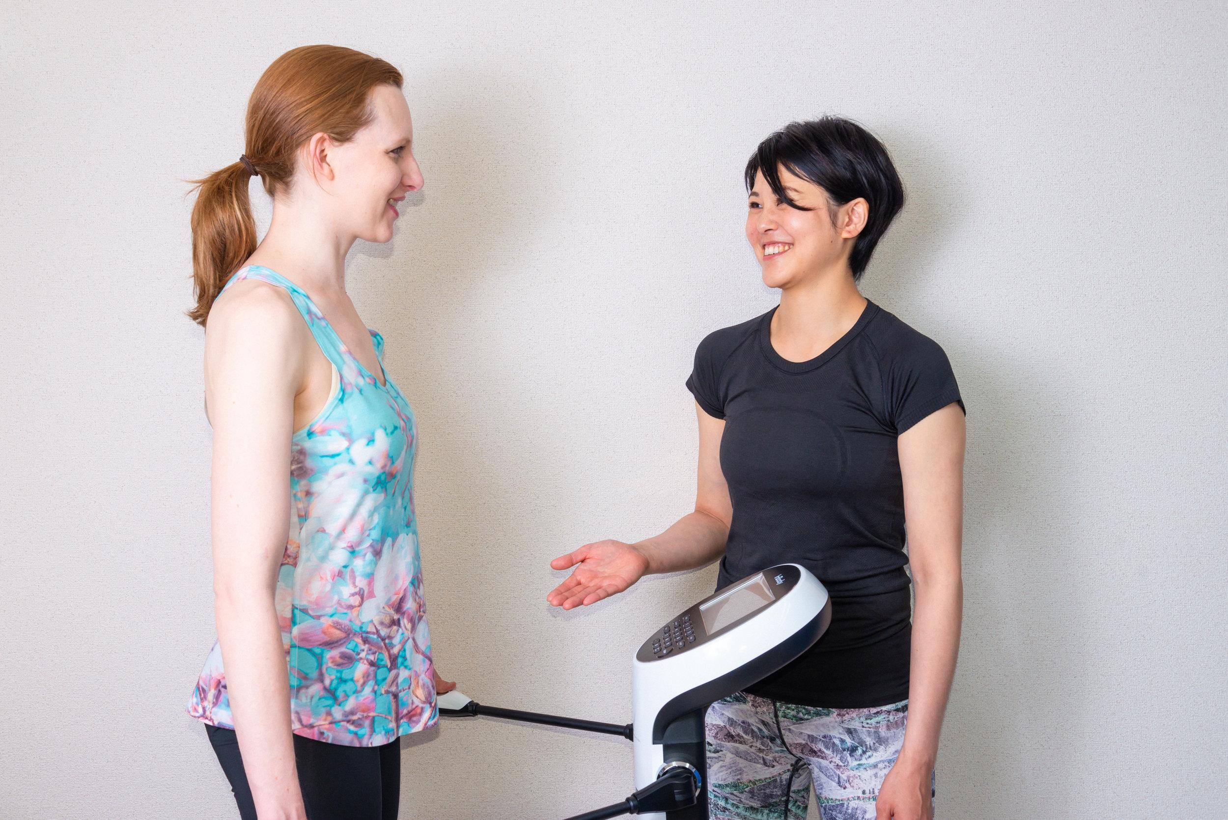 - 『背中が丸まっている』『最近よくつまずく』『体重は変わらないのに見た目が太ってきた』このようなお悩みの方は、姿勢やバランスを保つ筋肉が衰えているかもしれません。当スタジオでは、身体を支える土台となる筋肉をうまく使うことで、疲れにくく動かしやすい身体、引き締まった体型を目指します。日常生活をより快適にすることを第一ステップとし、一人一人の目標に向けて身体作りをサポートしていきます。レッスン中は貸し切りの完全プライベート空間。受付からトレーニング、お帰りまで全て専属トレーナーが1人で担当します。他に誰とも顔を合わせることがないため、ゆったりとリラックスした時間を過ごせます。お子様連れの方も安心してトレーニングをすることができます。トレーニングルームは2部屋あり、ご家族、お友達と同じ時間いんトレーニングすることができます。ぜひご一緒にお越しください。