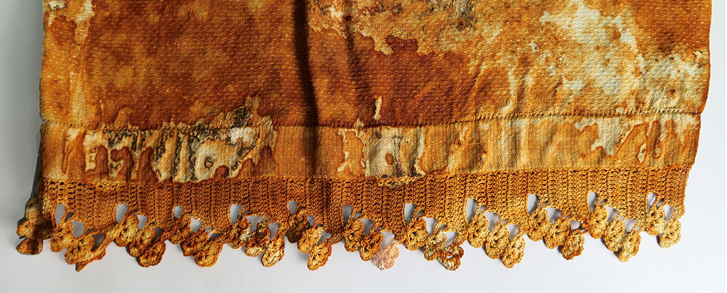 MY FIRST FORAY INTO TRANSFERRING RUST TO TEXTILE ... ON A VINTAGE LINEN.