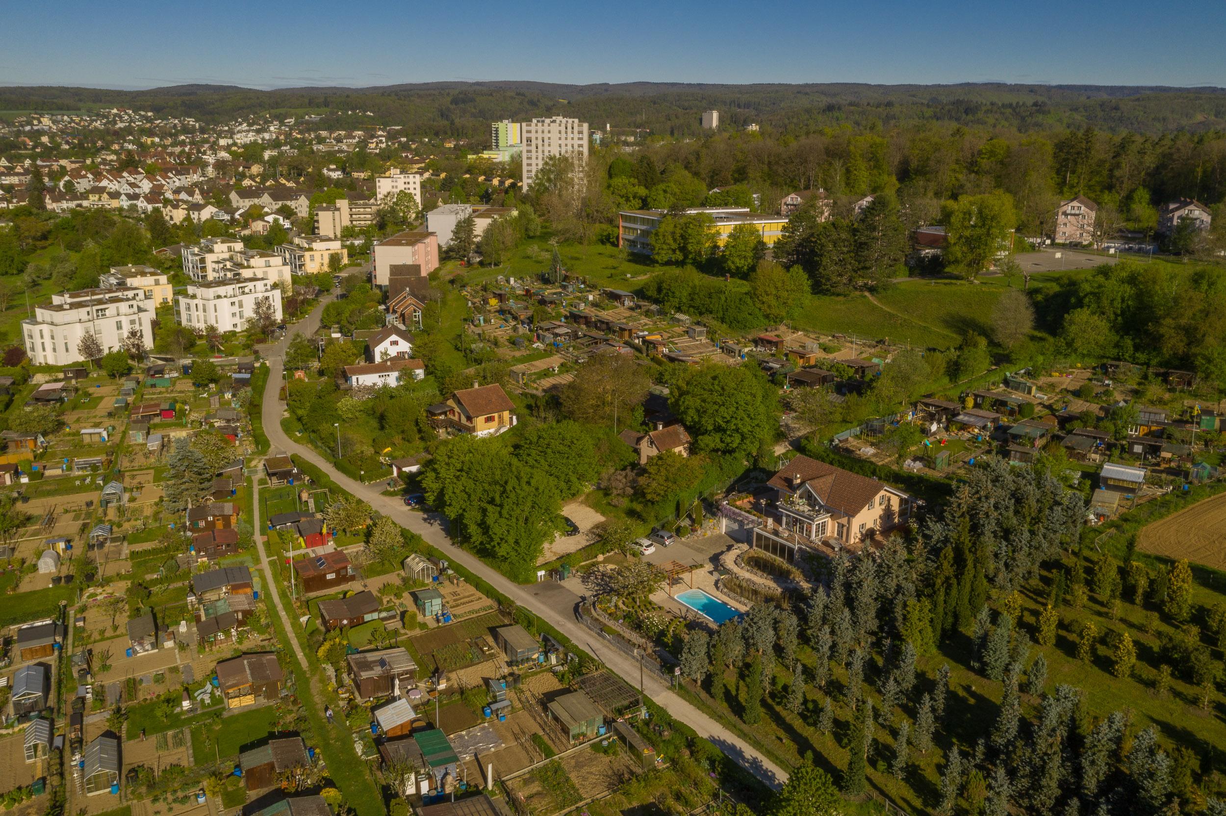 Blick Richtung Westen. Man ist mitten im Grünen und doch nah bei der Stadt Schaffhausen. Die Bushhaltestelle ist in fünf Minuten erreichbar. Die Zufahrtsstrasse zum Haus ist eine Fahrverbotsstrasse mit Zubringerdienst