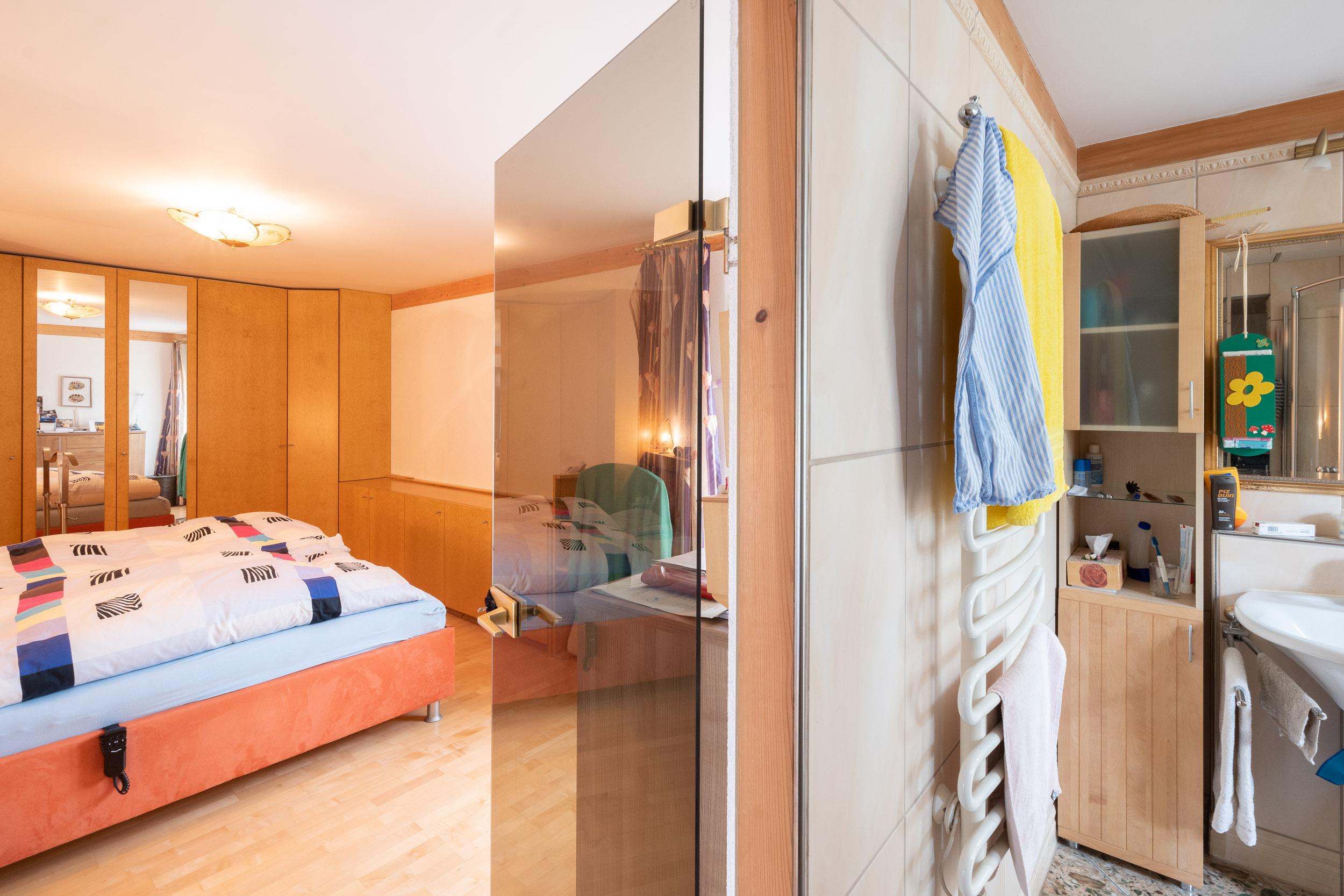 Gleich neben dem Schlafzimmer befindet sich das Badezimmer mit Dusche, WC und Whirlpool
