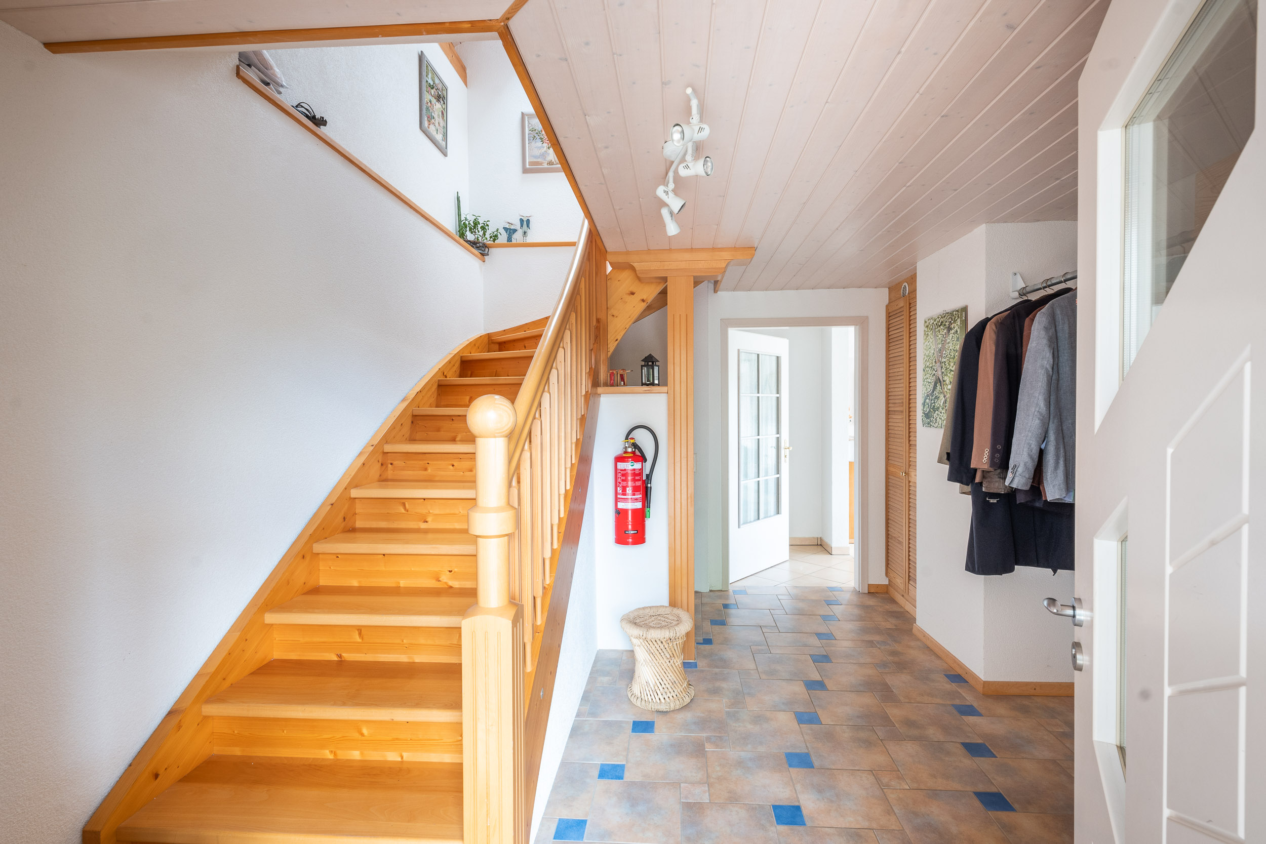 Tritt man durch die Eingangstür, führt eine Treppe links ins OG, und geradeaus geht es ins EG