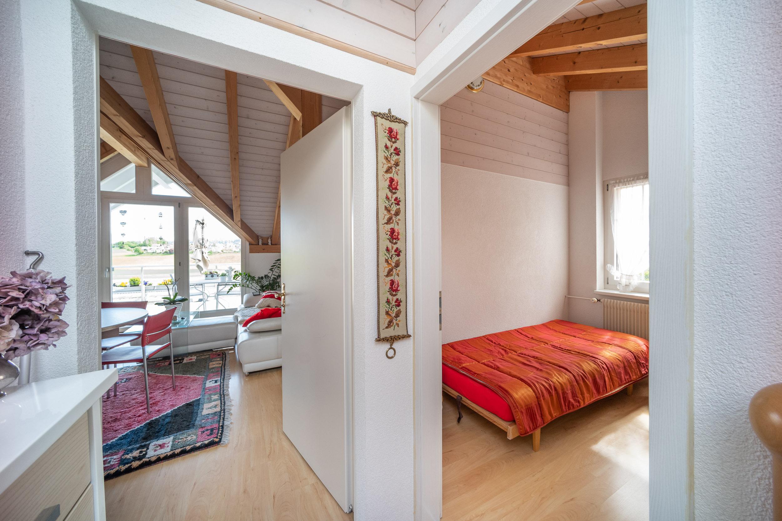 Eingang zur Wohnung im Obergeschoss (linke Tür) und zu einem separten Zimmer (rechte Tür)