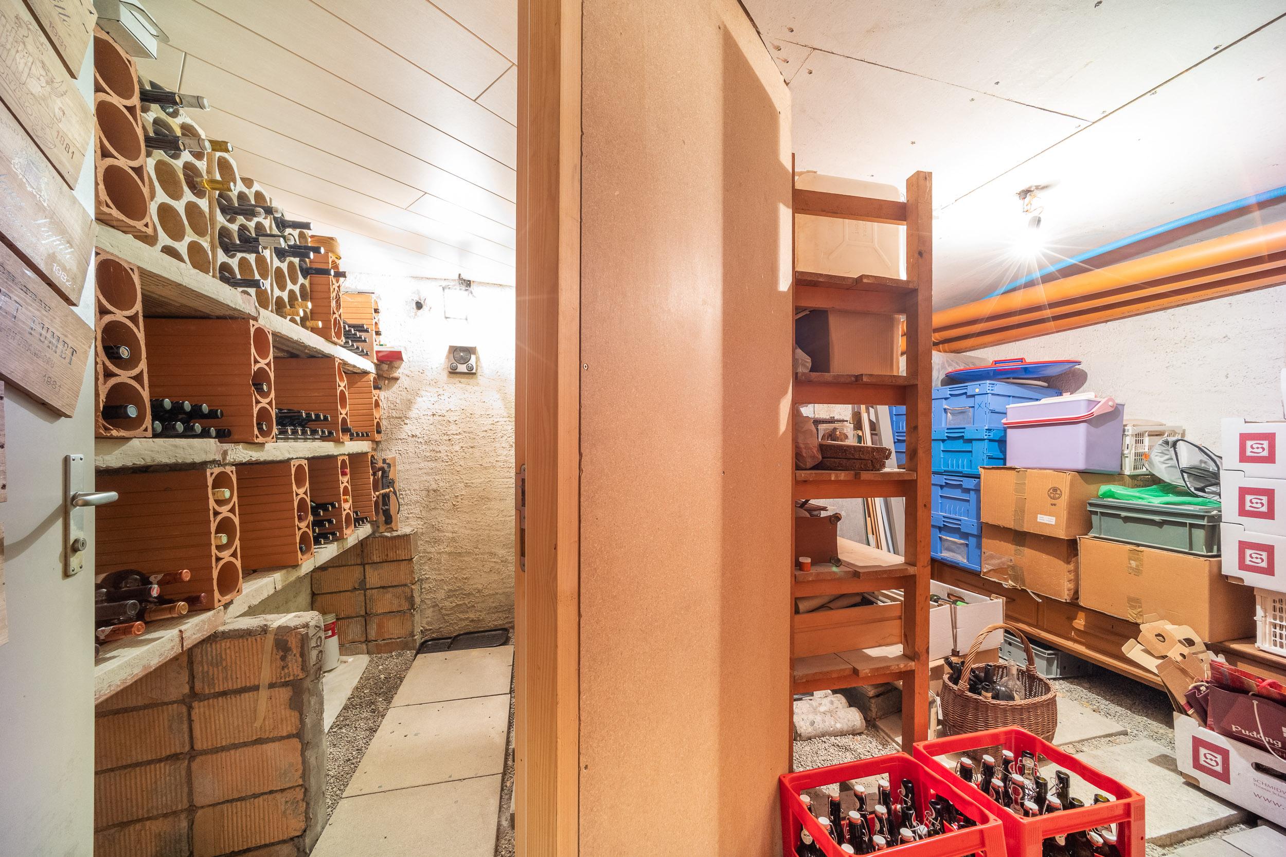 Naturkeller hinter dem Office mit separatem, klimatisiertem Weinkeller (links)