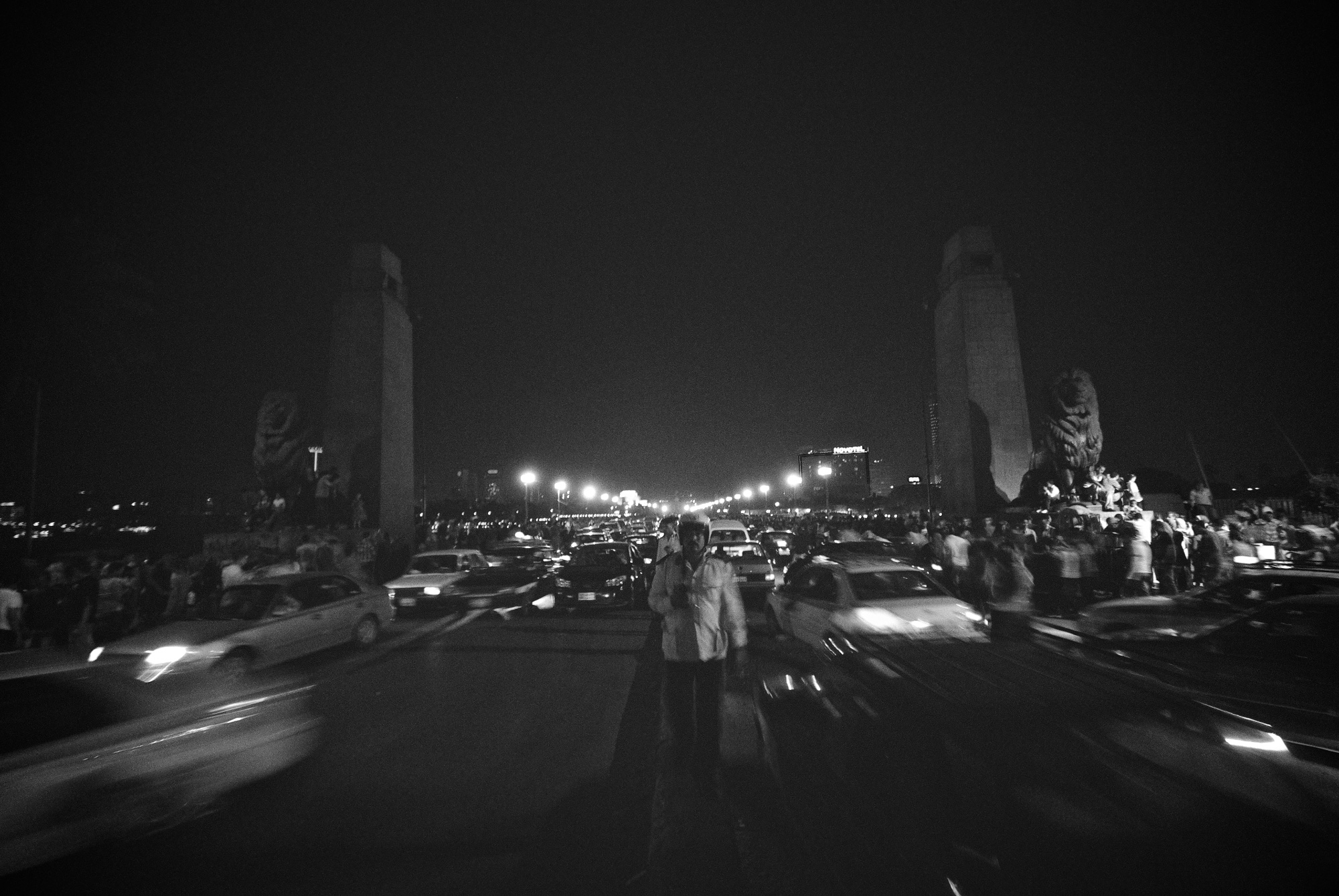 denis-bosnic-cairo-egypt-bw-photography-eid-al-fitr-policeman-traffic-bridge.jpg